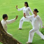dos-mujeres-realizan-ejercicios-de-chi-kung-junto-al-maestro