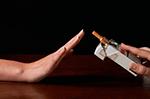 una-mano-rechaza-el-tabaco-que-otra-le-ofrece