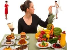 una-mujer-elije-entre-productos-saludables-como-frutas-y-verduras-y-no-saludables-dulces-y-grasas