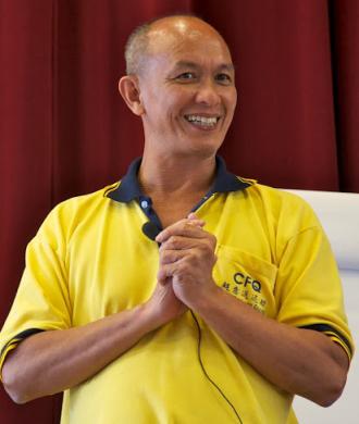 Maestro sonriendo con las manos cogidas
