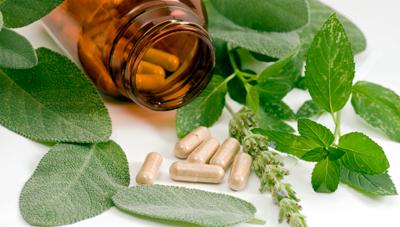 medicinas-homeopaticas-y- hierba-junto -a-un-frascos