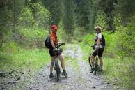 pareja-montando-en-bicicleta-por-el-monte