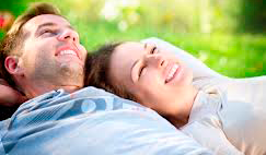 pareja-tumbadaen-la-hierba-placidamente