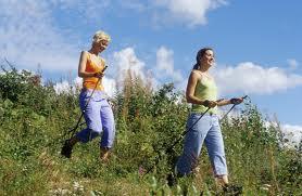 dos-chicas-caminan-por-el-campo