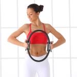 una-mujer-realiza-un-ejercicio-de-pilates-con-un-aro-presionandolo
