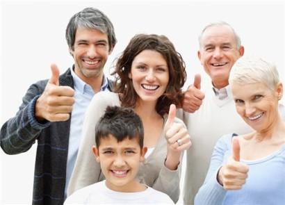 una-familia-entera-saluda-con-el-dedo-pulgar-hacia-arriba